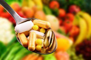 Витамина на фоне овощей и фруктов