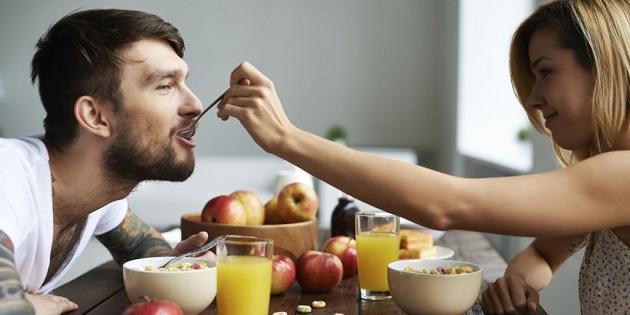 Девушка кормит мужа