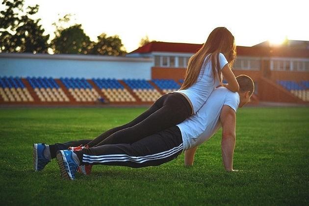 парень с девушкой занимаются спортом