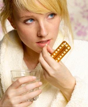 Девушка выбирает контрацепцию
