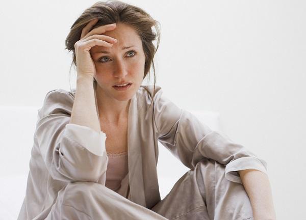 Женщина переживает из-за инфекции