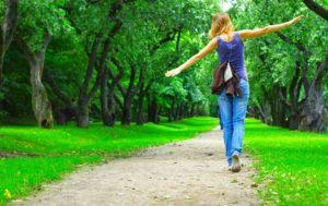 Девушка гуляет