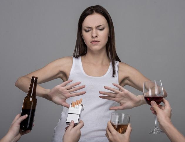 девушка отвергает алкоголь и сигареты