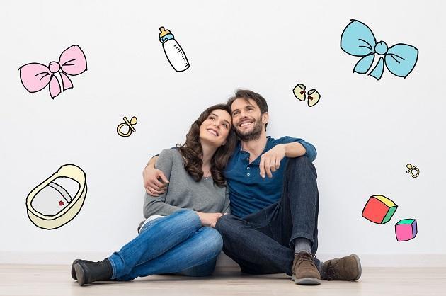 Мужчина и девушка сидят у стены