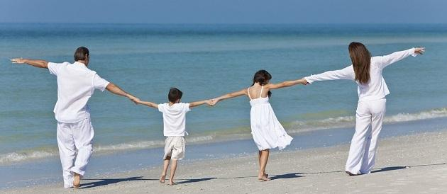 Семья на берегу