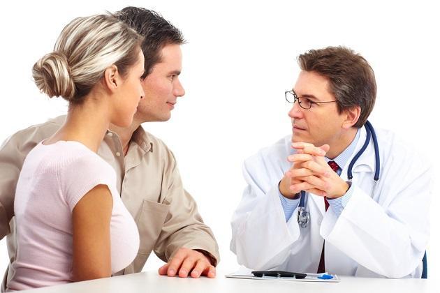 Молодая пара на приеме у врача
