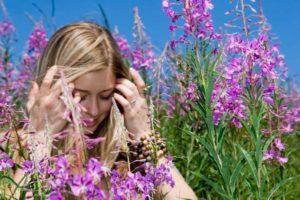 травы и девушка