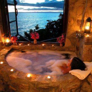 Девушка принимает расслабляющую ванну