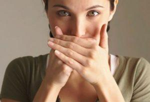 Девушка закрывает рот