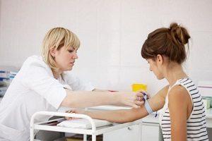 У женщины берут анализ крови