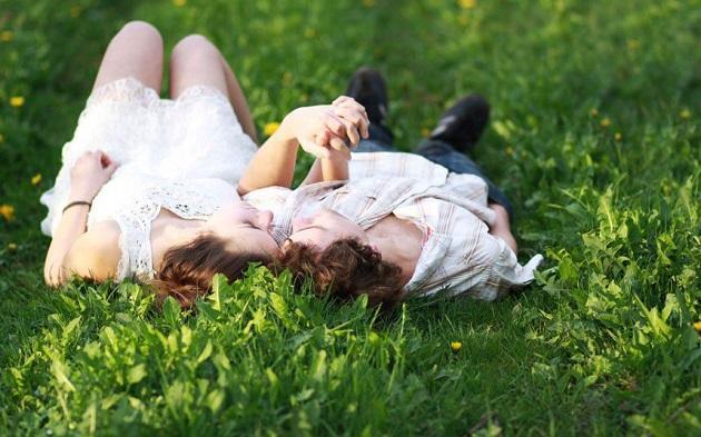 Влюбленная пара на траве
