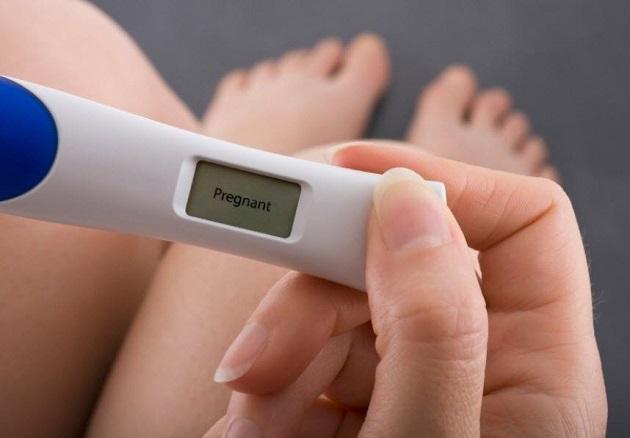 Девушка с положительным тестом на беременность