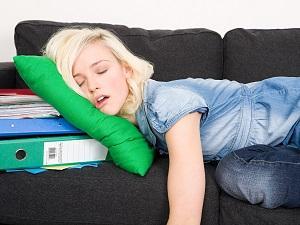 уставшая девушка спит