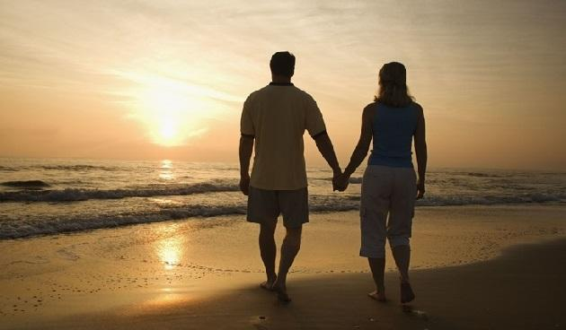 Пара на фоне моря